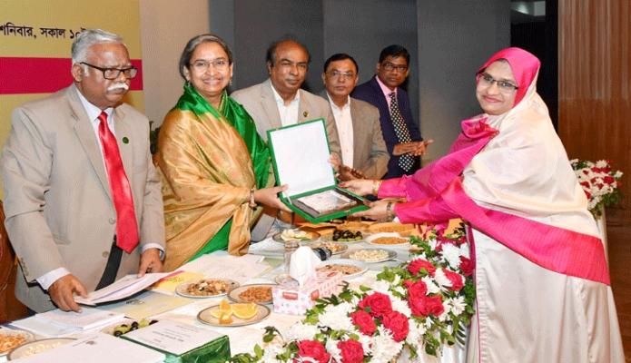শনিবার শিক্ষামন্ত্রী ডা. দীপু মনি ঢাকায় আন্তর্জাতিক মাতৃভাষা ইনস্টিটিউটে শিক্ষকদের জাতীয় বিশ্ববিদ্যালয়ের কলেজ পারফরমেন্স র্যাংকিং ২০১৬ ও ২০১৭-এর অ্যাওয়ার্ড ও সনদ প্রদান করেন-পিআইডি