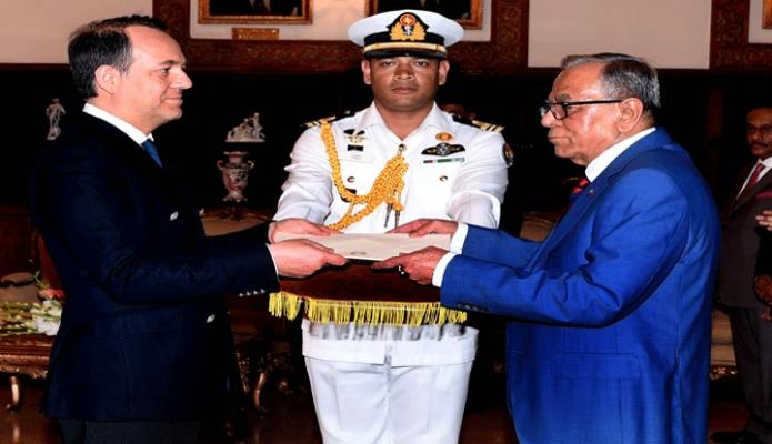 বৃহস্পতিবার রাষ্ট্রপতি মোঃ আবদুল হামিদের কাছে ঢাকায় বঙ্গভবনে ইতালির নবনিযুক্ত রাষ্ট্রদূত Enrico nunziata  পরিচয়পত্র পেশ করেন -পিআইডি
