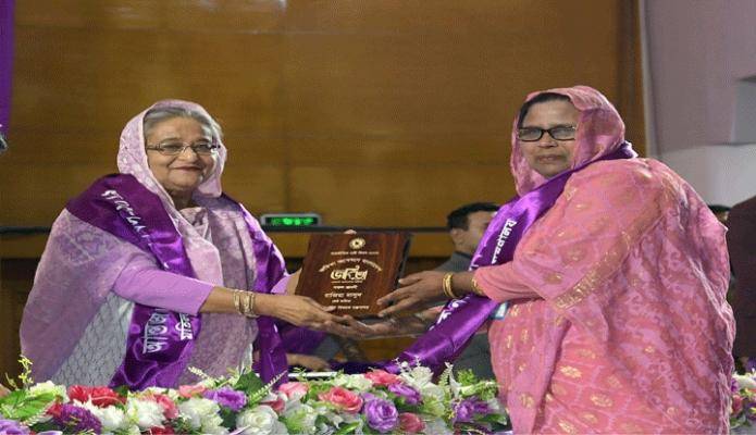 শনিবার প্রধানমন্ত্রী শেখ হাসিনা ঢাকায় বঙ্গবন্ধু আন্তর্জাতিক সম্মেলন কেন্দ্রে  আন্তর্জাতিক নারী দিবস উপলক্ষে আয়োজিত অনুষ্ঠানে বিভিন্ন বিষয়ে সাফল্য অর্জনকারী নারীদেরকে জয়িতা পুরস্কার প্রদান করেন -পিআইডি
