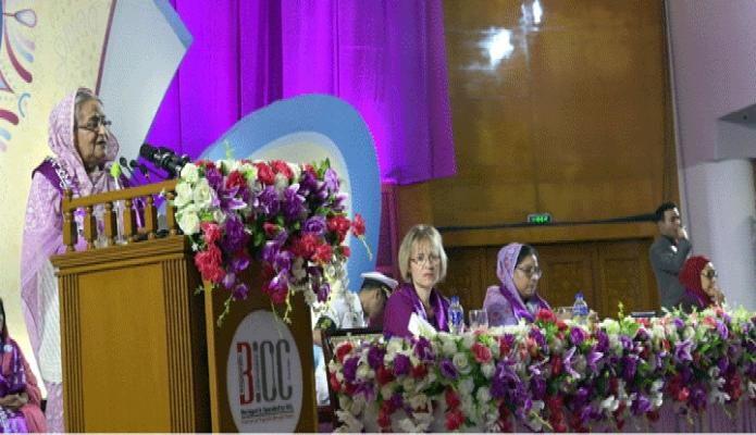 শনিবার প্রধানমন্ত্রী শেখ হাসিনা ঢাকায় বঙ্গবন্ধু আন্তর্জাতিক সম্মেলন কেন্দ্রে  আন্তর্জাতিক নারী দিবস উপলক্ষে আয়োজিত অনুষ্ঠানে প্রধান অতিথির বক্ততৃা করেন -পিআইডি