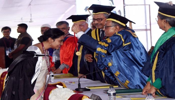 মঙ্গলবার রাষ্ট্রপতি মোঃ আবদুল হামিদ ঢাকায় বাংলাদেশ প্রকৌশল বিশ^বিদ্যালয় ক্যাম্পাসে বিশ^বিদ্যালয়ের ১১তম সমাবর্তন অনুষ্ঠানে কৃতী শিক্ষার্থঅদেরকে স্বর্ণপদক প্রদান করেন -পিআইডি