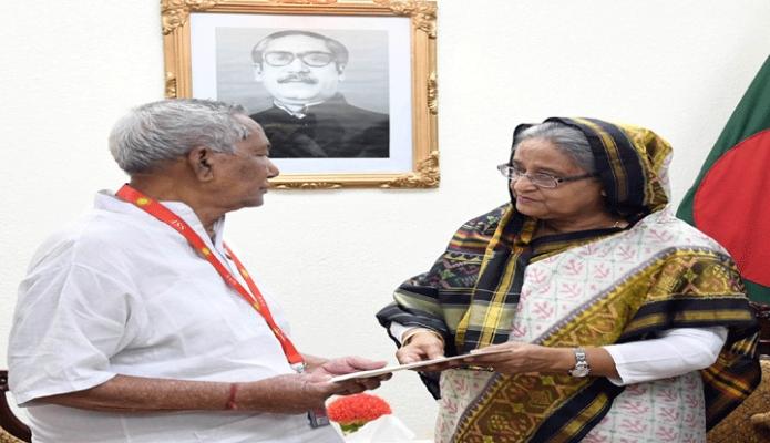 বৃহস্পতিবার প্রধানমন্ত্রী শেখ হাসিনা ঢাকায় তাঁর কার্যালয়ে ২১ আগস্ট গ্রেনেড হামলায় আহতসহ অন্যান্যদের আর্থিক অনুদান প্রদান করেন -পিআইডি