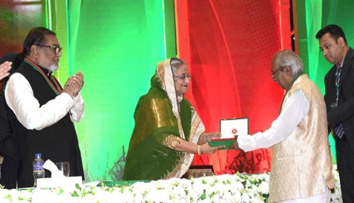 সোমবার প্রধানমন্ত্রী শেখ হাসিনা ঢাকায় বঙ্গবন্ধু আন্তর্জাতিক সম্মেলন কেন্দ্রে স্বাধীনতা ও মুক্তিযুদ্ধে গৌরবোজ্জ্বল ও কৃতিত্বপূর্ণ অবদানের স্বীকৃতিস্বরূপ হাসান আজিজুল হককে স্বাধীনতা পুরস্কার প্রদান করেন -পিআইডি