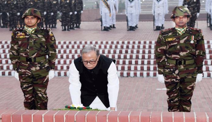 মঙ্গলবার রাষ্ট্রপতি মোঃ আবদুল হামিদ মহান স্বাধীনতা ও জাতীয় দিবসে সাভারে জাতীয় স্মৃতিসৌধে পুষ্পস্তবক অর্পণ করে শহিদদের প্রতি শ্রদ্ধা জানান -পিআইডি