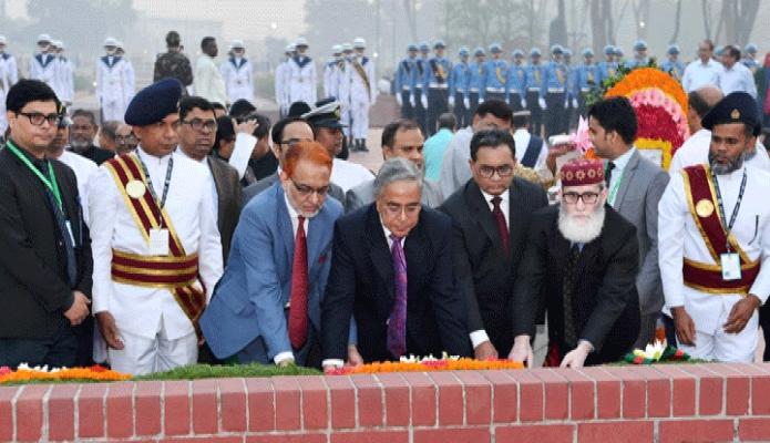 মঙ্গলবার প্রধান বিচারপতি সৈয়দ মাহমুদ হোসেন মহান স্বাধীনতা ও জাতীয় দিবসে সাভারে জাতীয় স্মৃতিসৌধে পুষ্পস্তবক অর্পণ করেন -পিআইডি