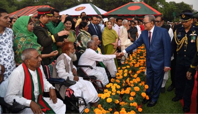 মঙ্গলবার রাষ্ট্রপতি মোঃ আবদুল হামিদ মহান স্বাধীনতা ও জাতীয় দিবসের সংবর্ধনা অনুষ্ঠানে যুদ্ধাহত মুক্তিযোদ্ধাদের সাথে শুভেচ্ছা বিনিময় করেন -পিআইডি