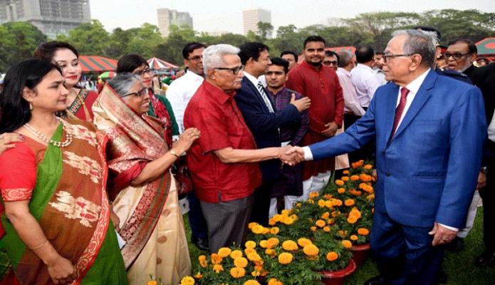 মঙ্গলবার রাষ্ট্রপতি মোঃ আবদুল হামিদ মহান স্বাধীনতা ও জাতীয় দিবসের সংবর্ধনা অনুষ্ঠানে বিশিষ্ট ব্যক্তিবর্গের সাথে শুভেচ্ছা বিনিময় করেন -পিআইডি