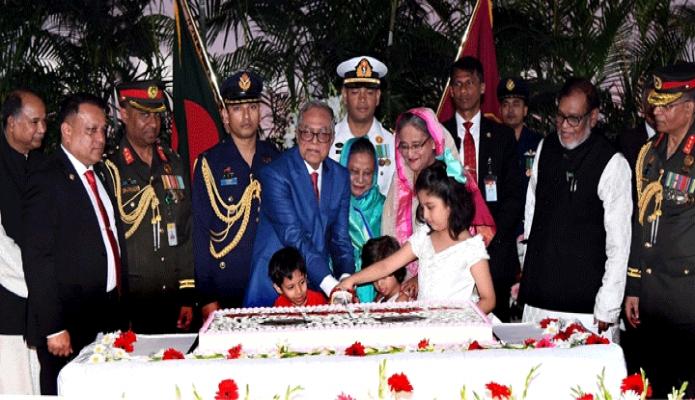 মঙ্গলবার রাষ্ট্রপতি মোঃ আবদুল হামিদ এবং প্রধানমন্ত্রী শেখ হাসিনা মহান স্বাধীনতা ও জাতীয় দিবসের সংবর্ধনা অনুষ্ঠানে কেক কাটেন -পিআইডি