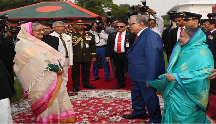 মঙ্গলবার রাষ্ট্রপতি মোঃ আবদুল হামিদ ও তাঁর পত্নী রাশিদা খানম মহান স্বাধীনতা ও জাতীয় দিবসের সংবর্ধনা অনুষ্ঠানে প্রধানমন্ত্রী শেখ হাসিনার সাথে শুভেচ্ছা বিনিময় করেন -পিআইডি
