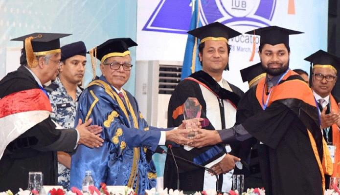 বৃহস্পতিবার রাষ্ট্রপতি মোঃ আবদুল হামিদ ঢাকায় ইন্ডিপেনডেন্ট বিশ্ববিদ্যালয়ের ২০তম সমাবর্তন উপলক্ষে বিশ্ববিদ্যালয় ক্যাম্পাসে আয়োজিত অনুষ্ঠানে কৃতী শিক্ষার্থীদের সম্মাননা স্মারক প্রদান করেন -পিআইডি