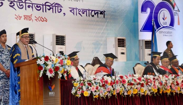 বৃহস্পতিবার রাষ্ট্রপতি মোঃ আবদুল হামিদ ঢাকায় ইন্ডিপেনডেন্ট বিশ্ববিদ্যালয়ের ২০তম সমাবর্তন উপলক্ষে বিশ্ববিদ্যালয় ক্যাম্পাসে আয়োজিত অনুষ্ঠানে ভাষণ দেন -পিআইডি