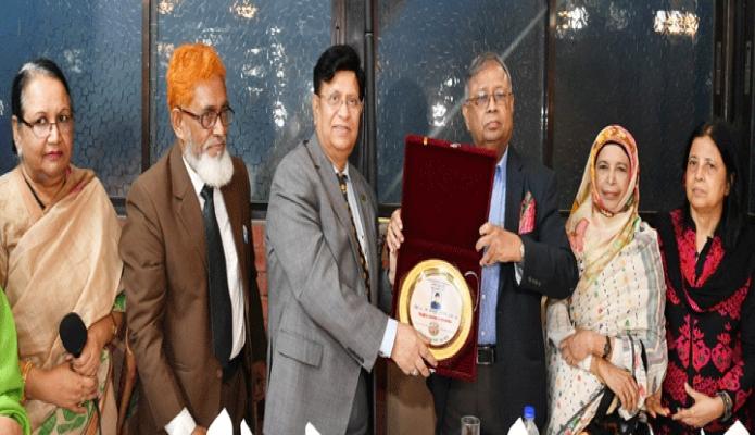 মঙ্গলবার পররাষ্ট্রমন্ত্রী ড. এ কে আবদৃল মোমেনকে ঢাকায় বারিধারার এক ক্লাবে ঢাকা বিশ্ববিদ্যালয়ের ৬৯ ব্যাচের শিক্ষার্থীরা সংবর্ধনা প্রদান করে -পিআইডি