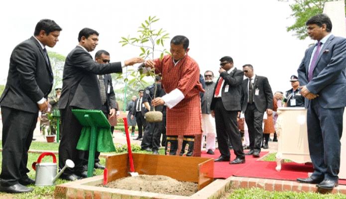 শুক্রবার ভূটানের প্রধানমন্ত্রী ডা. লোটে শেরিং সাভারে জাতীয় স্মৃতিসৌধ প্রাঙ্গণে একটি গাছের চারা রোপন করেন -পিআইডি