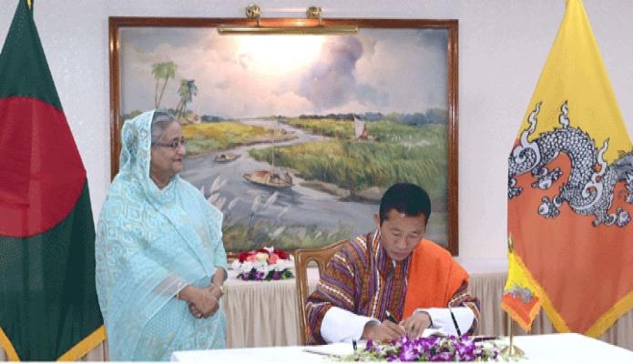 শনিবার ভুটানের প্রধানমন্ত্রী ডা. লোটে শেরিং প্রধানমন্ত্রীর কার্যালয়ে পরিদর্শন বইয়ে স্বাক্ষর করেন -পিআইডি