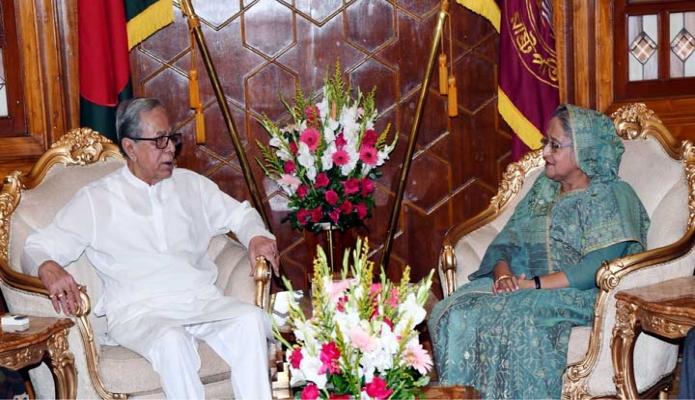 শনিবার রাষ্ট্রপতি  মোঃ আবদুল হামিদের সাথে ঢাকায় বঙ্গভবনে প্রধানমন্ত্রী শেখ হাসিনা সাক্ষাৎ করেন -পিআইডি