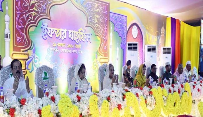 শনিবার  প্রধানমন্ত্রী শেখ হাসিনা ঢাকায় গণভবনে রাজনৈতিক নেতৃবৃন্দের জন্য আয়োজিত ইফতার মাহফিলে অংশগ্রহণ করেন -পিআইডি