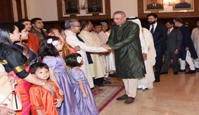 বুধবার রাষ্ট্রপতি মোঃ আবদুল হামিদ ঢাকায় বঙ্গভবনে পবিত্র ঈদুল ফিতর উপলক্ষে কূটনীতিকদের সাথে ঈদের শুভেচ্ছা বিনিময় করেন -পিআইডি
