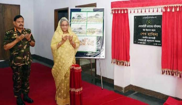 রবিবার প্রধানমন্ত্রী শেখ হাসিনা ঢাকা সেনানিবাসে 'সেনাবাহিনী প্রধানের সচিবালয়' উদ্বোধন শেষে মোনাজাত করেন -পিআইডি