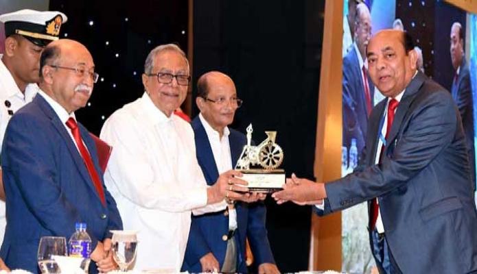 শনিবার রাষ্ট্রপতি মোঃ আবদুল হামিদ ঢাকায় হোটেল ইন্টারকন্টিনেন্টালে রাষ্ট্রপতির শিল্প উন্নয়ন পুরস্কার ২০১৭ এর পুরস্কার বিতরণী অনুষ্ঠানে পুরস্কারপ্রাপ্তদের ক্রেস্ট প্রদান করেন -পিআইডি