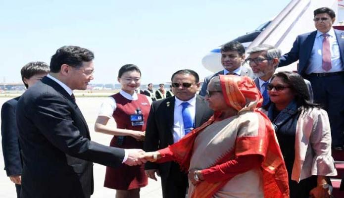 বুধবার প্রধানমন্ত্রী শেখ হাসিনা বেইজিং ক্যাপিটাল আন্তর্জাতিক বিমানবন্দরে পৌঁছলে চীনের Vice Foreign Minister Qing Gang তাঁকে অভ্যর্থনা জানান -পিআইডি