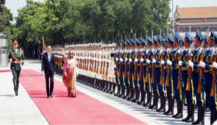 বৃহস্পতিবার প্রধানমন্ত্রী শেখ হাসিনা বেইজিং এর দ্য গ্রেট হল অভ্ দ্য পিপল-এ পৌঁছলে তাঁকে গার্ড অভ্ অনার প্রদান করা হয় -পিআইডি