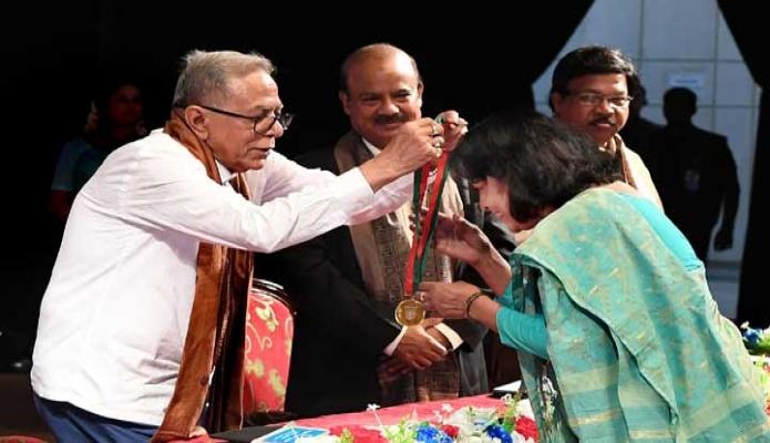 বৃহস্পতিবার রাষ্ট্রপতি মোঃ আবদুল হামিদ ঢাকায় বাংলাদেশ শিল্পকলা একাডেমি মিলনায়তনে 'শিল্পকলা পদক-২০১৮' প্রদান করেন -পিআইডি