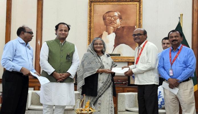মঙ্গলবার প্রধানমন্ত্রী শেখ হাসিনা ঢাকায় গণভবনে বিভিন্ন প্রতিষ্ঠানকে অনুদানের চেক প্রদান করেন-পিআইডি