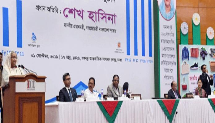 রবিবার প্রধানমন্ত্রী শেখ হাসিনা ঢাকায় বঙ্গবন্ধু আন্তর্জাতিক কেন্দ্রে ২০১৬-২০১৭ অর্থবছরের জাতীয় রপ্তানি ট্রপি প্রদান অনুষ্ঠানে প্রধান অতিথির বক্তৃতা করেন -পিআইডি