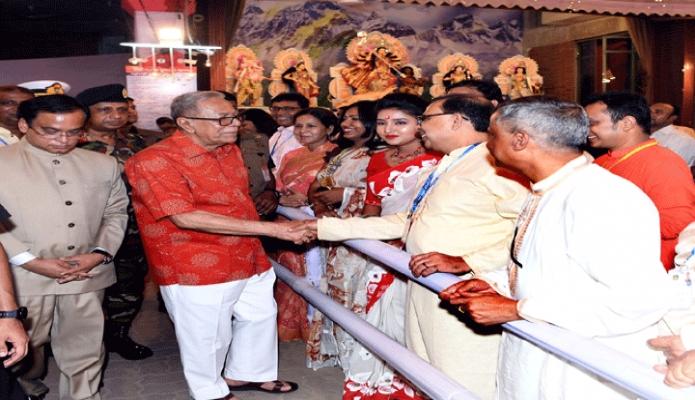 শুক্রবার রাষ্ট্রপতি মোঃ আবদুল হামিদ ঢাকায় শারদীয় দুর্গাপূজা উপলক্ষে ঢাকেশ্বরী মন্দির পরিদর্শনের সময় মন্দিরে আগতদের সাথে শুভেচ্ছা বিনিময় করেন -পিআইডি