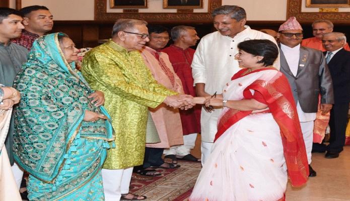 মঙ্গলবার রাষ্ট্রপতি মোঃ আবদুল হামিদ বঙ্গভবনে দুর্গাপূজা উপলক্ষে বিভিন্ন দেশের কূটনীতিকদের সাথে শুভেচ্ছা বিনিময় করেন -পিআইডি