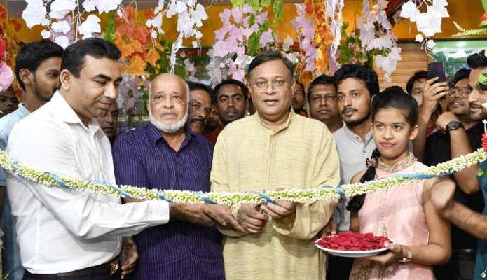 রবিবার তথ্যমন্ত্রী ড. হাছান মাহমুদ ঢাকায় যমুনা ফিউচার পার্কে রাইয়ান'স ব্র্যান্ডেস কালেকশন এর উদ্বোধন করেন -পিআইডি