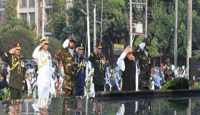 বৃহস্পতিবার রাষ্ট্রপতি মোঃ আবদুল হামিদ সশস্ত্রবাহিনী দিবস উপলক্ষে ঢাকা সেনানিবাসে শিখা অনির্কাণে পুস্পস্তবক অর্পণ শেষে শ্রদ্ধা নিবেদন করেন -পিআইডি