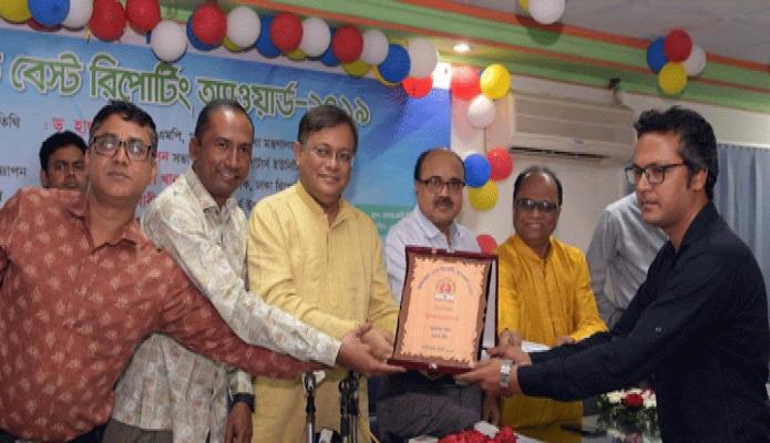 বুধবার তথ্যমন্ত্রী ড. হাছান মাহমুদ ঢাকায় সেগুনবাগিচায় ডিআরইউ সাগর-রুনী মিলনায়তনে 'ডিআরইউ বেস্ট রিপোটিং অ্যাওয়ার্ড-২০১৯ প্রদান করেন -পিআইডি