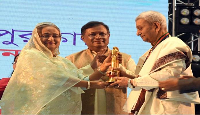 রবিবার প্রধানমন্ত্রী শেখ হাসিনা ঢাকায় বঙ্গবন্ধু আন্তর্জাতিক সম্মেলন কেন্দ্রে জাতীয় চলচ্চিত্র পুরস্কার ২০১৭ ও ২০১৮ প্রদান অনুষ্ঠানে চলচ্চিত্র অবিনেতা প্রবীর মিত্রকে আজীবন সম্মাননা পুরস্কার প্রদান করেন -পিআইডি