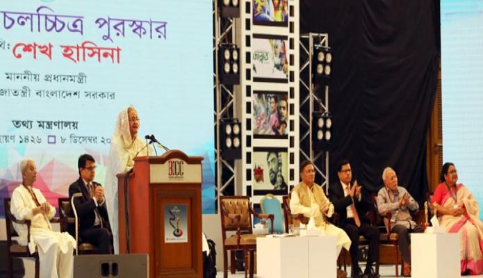 রবিবার প্রধানমন্ত্রী শেখ হাসিনা ঢাকায় বঙ্গবন্ধু আন্তর্জাতিক সম্মেলন কেন্দ্রে জাতীয় চলচ্চিত্র পুরস্কার ২০১৭ ও ২০১৮ প্রদান অনুষ্ঠানে বক্তৃতা করেন -পিআইডি
