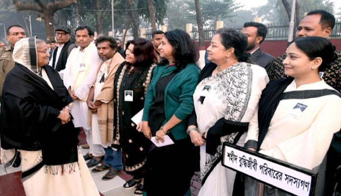 শনিবার প্রধানমন্ত্রী শেখ হাসিনা মিরপুর শহিদ বুদ্ধিজীবী স্মৃতিসৌধে শহিদ বুদ্ধিজীবী পরিবারের সদস্যদের সাথে কুশল বিনিময় করেন -পিআইডি