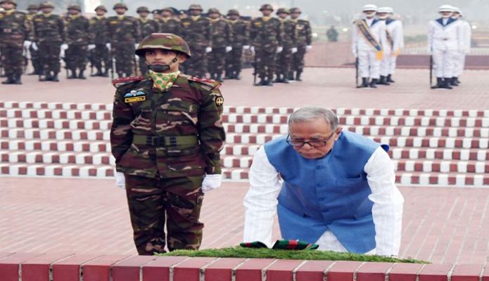 সোমবার রাষ্ট্রপতি মোঃ আবদুল হামিদ মহান বিজয় দিবসে সাভার জাতীয় স্মৃতিসৌধে পুষ্পস্তবক অর্পণ করেন -পিআইডি