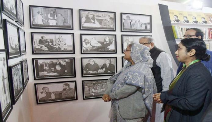 বৃহস্পতিবার প্রধানমন্ত্রী শেখ হাসিনা ঢাকায় বঙ্গবন্ধু আন্তর্জাতিক সম্মেলন কেন্দ্রে আন্তর্জাতিক অভিবাসী দিবস উপলক্ষে আয়োজিত মেলায় বঙ্গবন্ধু গ্যালারি পরিদর্শন করেন -পিআইডি