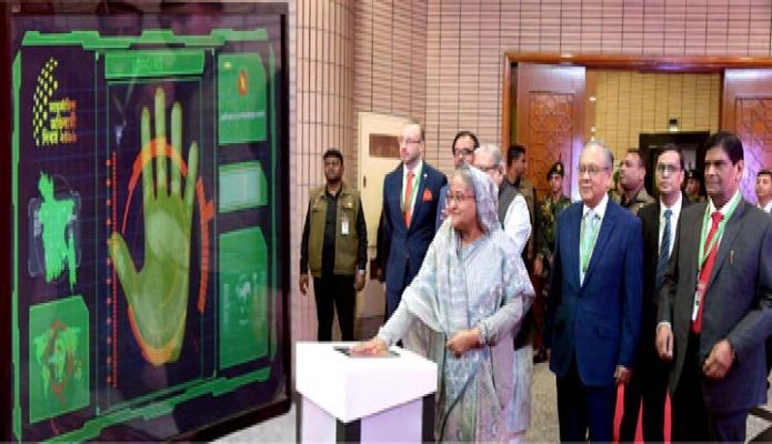 বৃহস্পতিবার প্রধানমন্ত্রী শেখ হাসিনা ঢাকায় বঙ্গবন্ধু আন্তর্জাতিক সম্মেলন কেন্দ্রে আন্তর্জাতিক অভিবাসী দিবস উপলক্ষে আয়োজিত মেলার উদ্বোধন করেন -পিআইডি