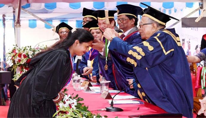 রবিবার রাষ্ট্রপতি মোঃ আবদুল হামিদ খুলনা বিশ্ববিদ্যালয় ক্যাম্পাসে বিশ্ববিদ্যালয়ের  ৬ষ্ঠ সমাবর্তন অনুষ্ঠানে কৃতী শিক্ষার্থীদের স্বর্ণপদক প্রদান করেন -পিআইডি