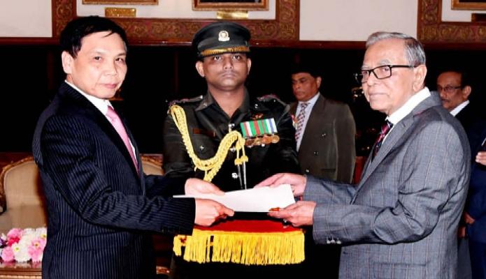 রাষ্ট্রপতি মো :  আবদুল হামিদ এর নিকট বঙ্গভবনে ভিয়েতনামের রাষ্ট্রদূত Pham Viet Chien  পরিচয়পত্র পেশ করেন -পিআইডি