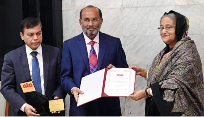 সোমবার প্রধানমন্ত্রী শেখ হাসিনা ঢাকায় তাঁর কার্যালয়ে পূর্বাচল নতুন শহর প্রকল্পের জন্য UN-Habital Regional Ofice for Asia and the Pacific  প্রদত্ত 2019 Asian Townscape Jury! S Award তার কাছে হস্তান্তর করেন -পিআইডি