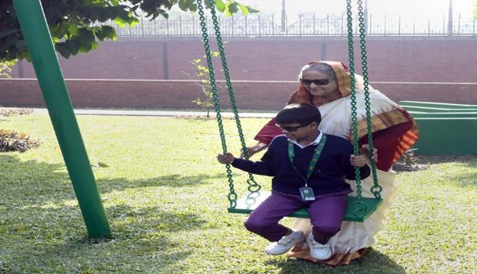 মঙ্গলবার প্রধানমন্ত্রী শেখ হাসিনা গণভবনের আঙ্গীনায় শিশু শিক্ষার্থীদের সাথে খেলাধুলায় অংশ নেন -পিআইডি