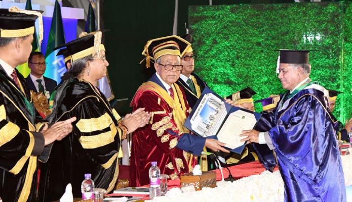 সোমবার রাষ্ট্রপতি মোঃ আবদুল হামিদ ঢাকায় বাংলাদেশ ইউনিভার্সিটি অভ্ প্রফেশনালস্ (বিইউপি) ক্যাম্পাসে বিশ্ববিদ্যালয়ের ৫ম সমাবর্তন অনষ্ঠানে পিএইচডি ডিগ্রি অর্জনকারীদেরকে সনদ প্রদান করেন -পিআইডি