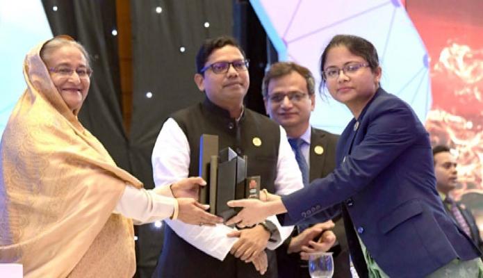 বুধবার প্রধানমন্ত্রী শেখ হাসিনা ঢাকায় বঙ্গবন্ধু আন্তর্জাতিক সম্মেলন কেন্দ্রে তৃতীয় ডিজিটাল বাংলাদেশ দিবস-২০১৯ উপলক্ষে আয়োজিত অনুষ্ঠানে সম্মাননা প্রদান করেন -পিআইডি