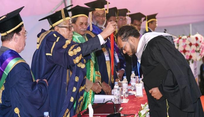 বুধবার রাষ্ট্রপতি মোঃ আবদুল হাদিম সিলেট হযরত শাহ্জালাল বিজ্ঞান প্রযুক্তি বিশ্ববিদ্যালয়ের তৃতীয় সমাবর্তন অনুষ্ঠানে কৃতী শিক্ষার্থীদেরকে পদক প্রদান করেন -পিআইডি