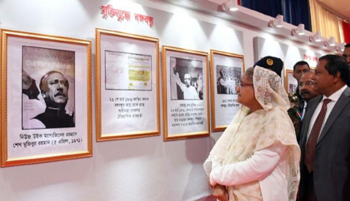বৃহস্পতিবার প্রধানমন্ত্রী শেখ হাসিনা ঢাকায় বঙ্গবন্ধু আন্তর্জাতিক সম্মেলন কেন্দ্রে 'জাতীয় বস্ত্র দিবস ২০১৯ উদ্যাপন ও বহুমুখী বস্ত্রমেলা' এর বিভিন্ন স্টল পরিদর্শন করেন -পিআইডি
