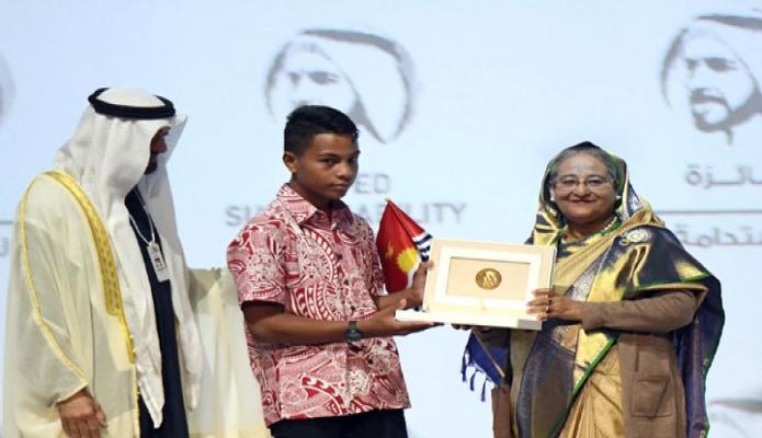 সোমবার প্রধানমন্ত্রী শেখ হাসিনা সংযুক্ত আরব আমিরাতে Abu Dhabi National Exhibition Centre- এর ICC এ hall আবুধাবির যবরাজ শেখ মোহাম্মদ বিন জায়েদ বিন সুলতান আল নাহিয়ান এর উপস্থিতিতে Zayed Sustainable Award বিজয়ীদের মাঝে পুরস্কার বিতরণ করেন -পিআইডি