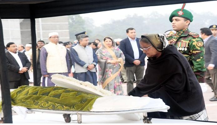 মঙ্গলবার প্রধানমন্ত্রী শেখ হাসিনা জাতীয় সংসদ ভববনের দক্ষিণ প্লাজায় সাবেক প্রতিমন্ত্রী ও যশোর-৬ আসনের সংসদ সদস্য ইসমাত আরা সাদেকের কফিনে শ্রদ্ধা নিবেদন করেন -পিআইডি