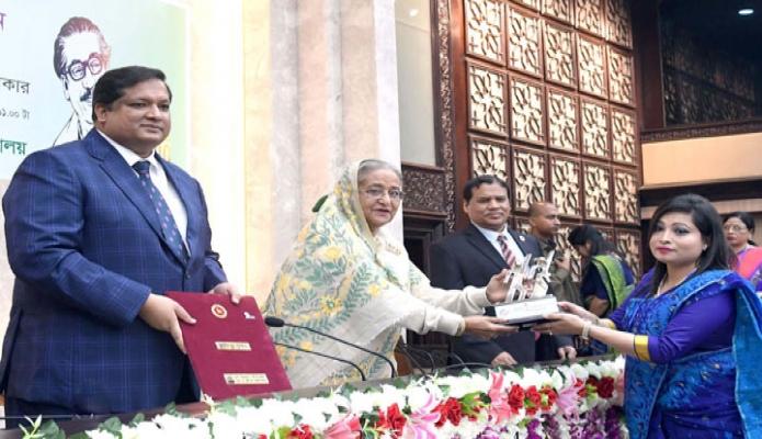 বৃহস্পতিবার প্রধানমন্ত্রী শেখ হাসিনা তাঁর কার্যালয়ে জাতীয় যুব পুরস্কার ২০১৯ প্রাপ্ত বিভিন্ন ব্যক্তি ও প্রতিষ্ঠানকে ক্রেস্ট প্রদান করেন -পিআইডি